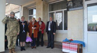На фасаді школи-інтернату встановили меморіальну дошку герою Олександру Домашенку