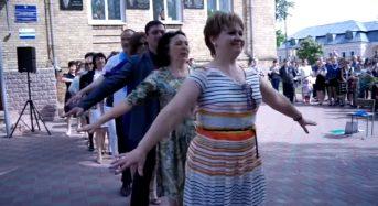 Останній дзвоник в Переяслав-Хмельницькій ЗОШ №1: Флеш-моб (запальний танець) від директора школи та педагогічного колективу (Відео)