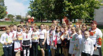 Учні та вчителі третьої школи приєднались до Всесвітнього дня вишиванки (Фото)