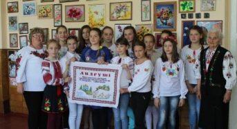 В Переяслав-Хмельницькій ЗОШ №5 в День вишиванки Ніна Лазенко представила свої роботи та навчала учнів своєї майстерності