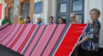 Рекордної довжини рушник виткали переяславські майстрині фабрики художніх виробів