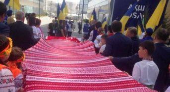 У Казахстані показали тридцятиметровий рушник переяславських майстринь