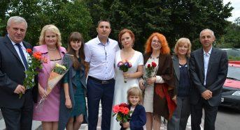 В Переяславі-Хмельницькому подружню пару привітали перший заступник міського голови та керуюча справами
