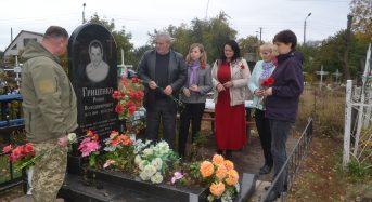 В переддень відзначення Дня захисника України керівники міського самоврядування міста, покладанням квітів – вшанували українських Героїв-воїнів, полеглих у зоні АТО