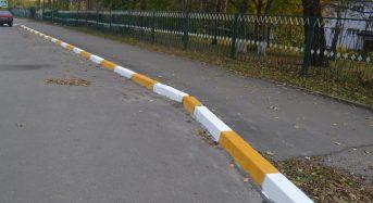 В Переяславі-Хмельницькому для безпеки людей, бордюри на зупинках громадського транспорту, фарбують в біло-жовтий колір