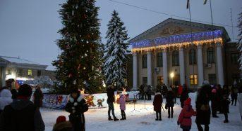На центральній площі міста до новорічних свят урочисто відкрили головну ялинку
