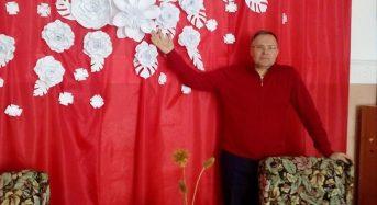 На Київщині юнаки та вчителі школи приготували красиву фотозону в переддень жіночого свята