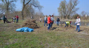 В Переяславі-Хмельницькому працівники виконавчого комітету провели прибирання закріплених територій (Фоторепортаж)