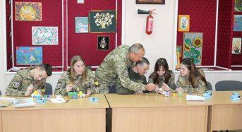 На Київщині гвардійці та ліцеїсти провели акцію «Розмалюємо писанку разом»