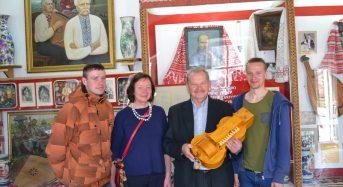 На Київщині в Музеї кобзарства презентували колісну ліру майстра Миколи Товкайла