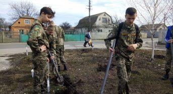 """В Переяславі-Хмельницькому вихованці ліцею-інтернату висаджували молоді деревця в """"Парку Ровесників"""""""