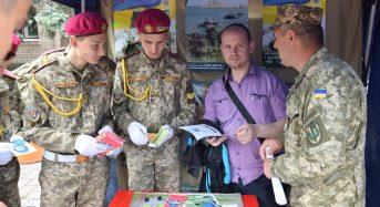 На головній площі жителі міста Переяслава-Хмельницького дізнавалися про особливості служби за контрактом у ЗСУ
