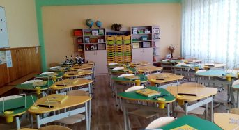 """Ергономічні парти, що виготовлені для першокласників у рамках проекту """"Нової Української школи"""" почали надходити до шкіл нашого міста"""
