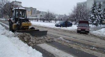 60 тонн піскосуміші на міські вулиці висипали комунальники після першого великого снігопаду