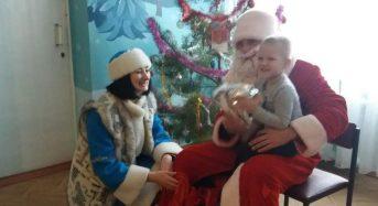 До діток, які перебувають на лікуванні, завітали новорічні герої з гостинцями