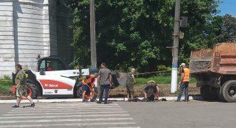 Продовжуються ремонтні роботи на розі вул. Б. Хмельницького та вул. Сковороди