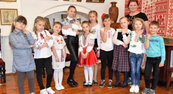 13 травня у Меморіальному музеї Г.С.Сковороди проходив майстер-клас  «Браслет до вишиванки»