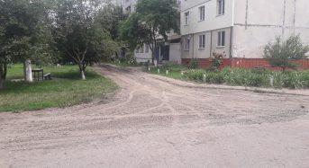 Розпочався поточний ремонт під'їзної дороги до будинку 68 по вул. Богдана Хмельницького