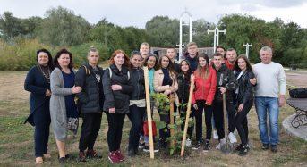 Гості з Нікольського висадили дерева на Меморіальному кургані Слави