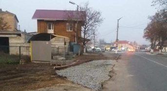 По вул. Героїв Дніпра облаштовують заїзну кишеню