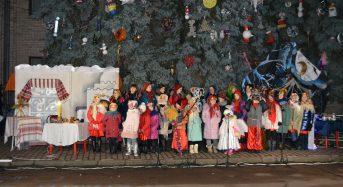 На центральній площі міста відбулося традиційне  фольклорно-етнографічне свято «Щедрий вечір». Із переяславцями святкували і  учні Станично-Луганської  школи (Фото)